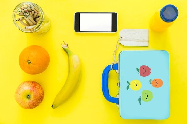 健康的な食べ物と鉛筆に近いスマートフォン 無料写真