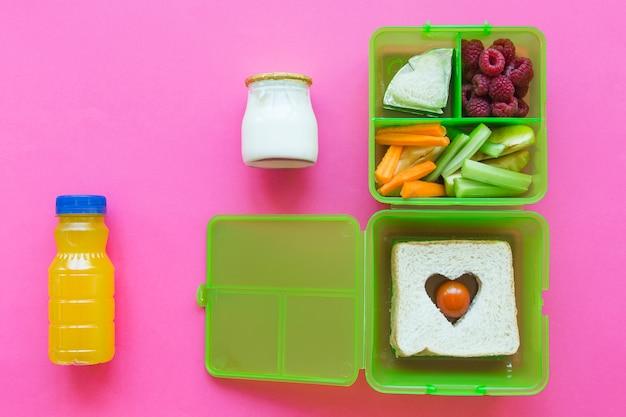 食品とランチボックスの近くのジュースとヨーグルト 無料写真