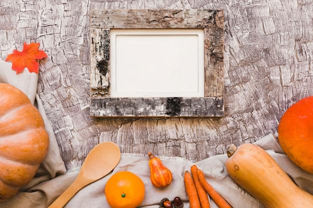 Оранжевые фрукты и овощи возле ложки и рамки Бесплатные Фотографии