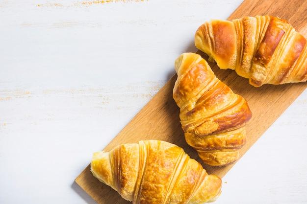 ボード上に横たわるおいしいパン 無料写真