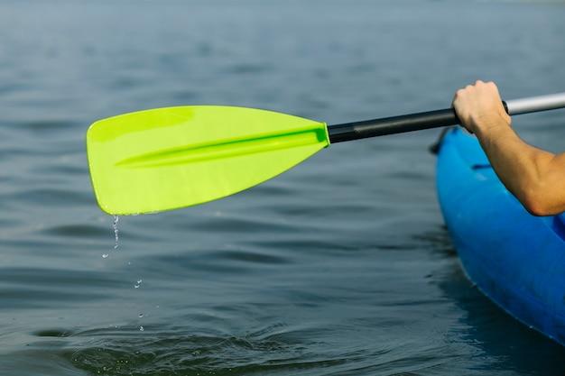 人は牧歌的な湖の上でカヤックを漕ぐ 無料写真