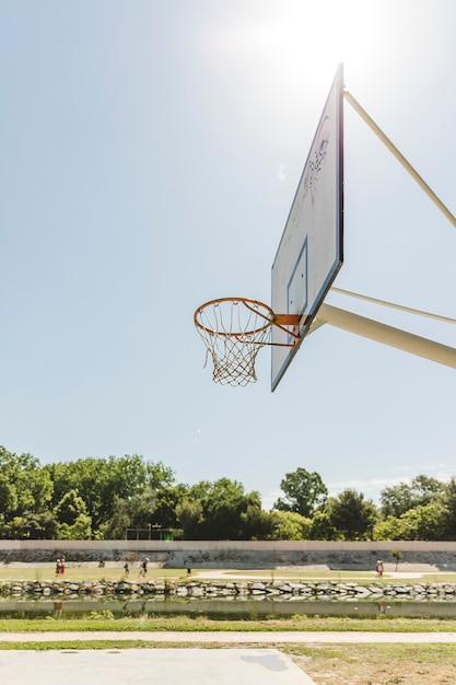 晴れた日にバスケットボールのフープのクローズアップ 無料写真