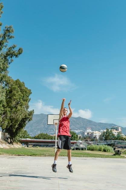 バスケットボールを空中に投げる男 無料写真