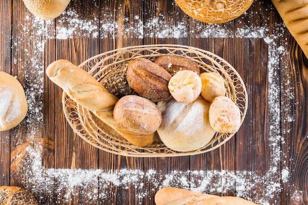 小麦粉で作られた長方形のフレームの内側のバスケットのパンの塊 無料写真
