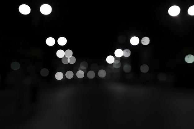 黒い背景に白いボケのライト 無料写真