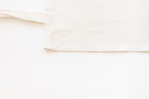 白い背景の上の綿の袋の高められた眺め 無料写真