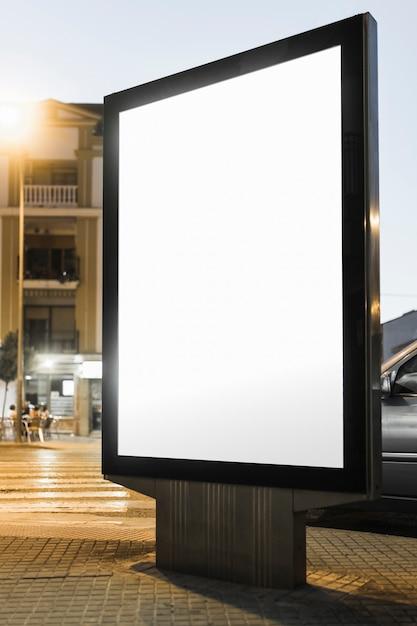 Пустая белая рекламная лайтбокс ночью Бесплатные Фотографии