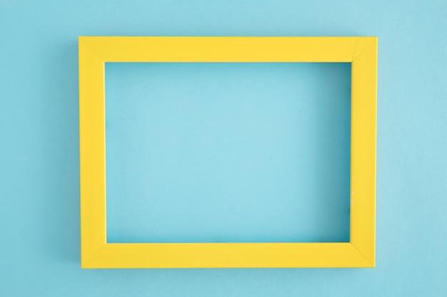 青い背景に空の黄色の枠線フレーム 無料写真