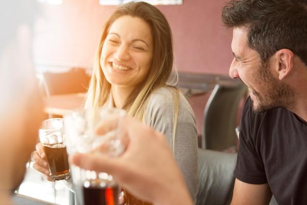 Пара, наслаждаясь напитком с друзьями Бесплатные Фотографии