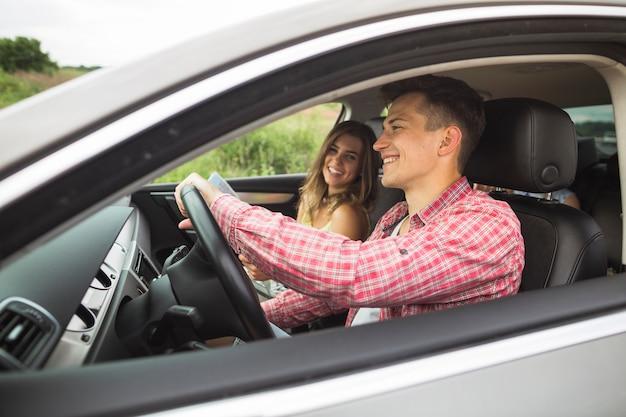 車で旅を楽しむカップル 無料写真