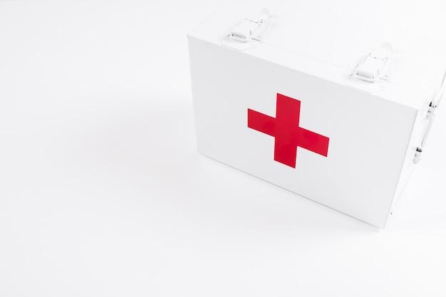 白い背景に閉じた応急処置キットのオーバーヘッドビュー 無料写真