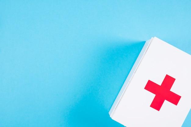 青い背景に白い応急処置キットのオーバーヘッドビュー 無料写真