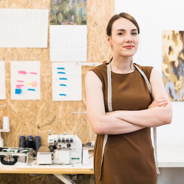 Портрет улыбающегося модельера со сложенными руками Бесплатные Фотографии