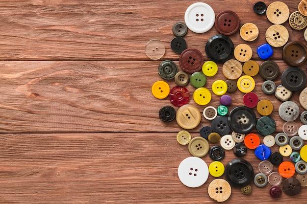 木製の厚板のマルチカラーのボタンの高い角度のビュー 無料写真