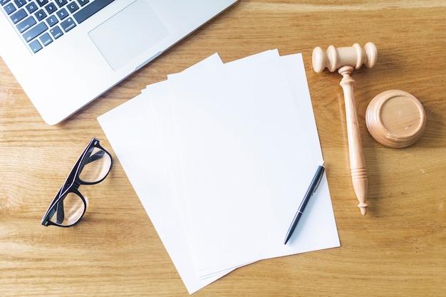 空白の紙の高い角度のビュー;ラップトップディーラー;眼鏡、ペン、木製、背景 無料写真