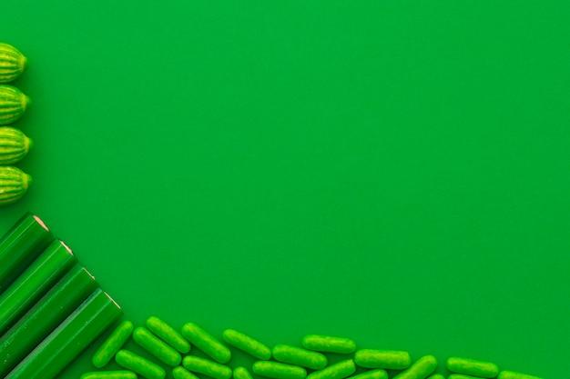 緑の背景に様々な甘いキャンディーのオーバーヘッドビュー 無料写真