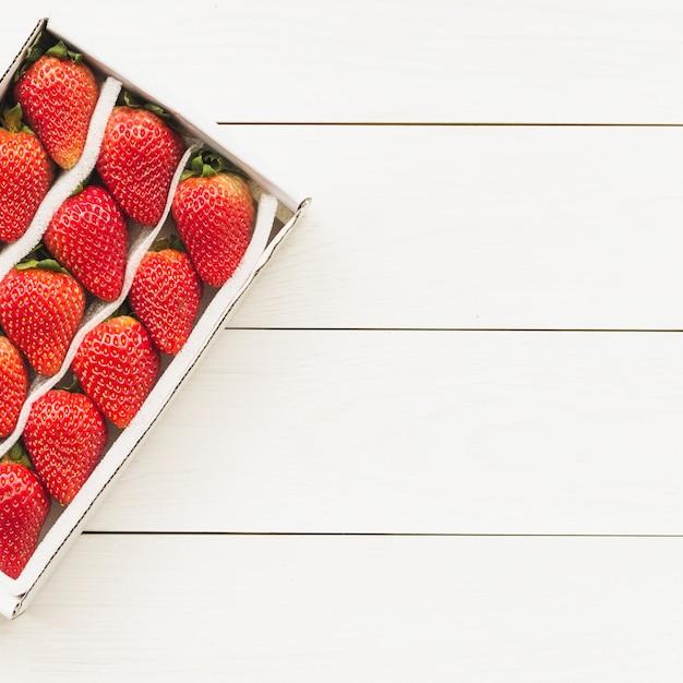 木製の背景に新鮮なイチゴの高い角度のビュー 無料写真