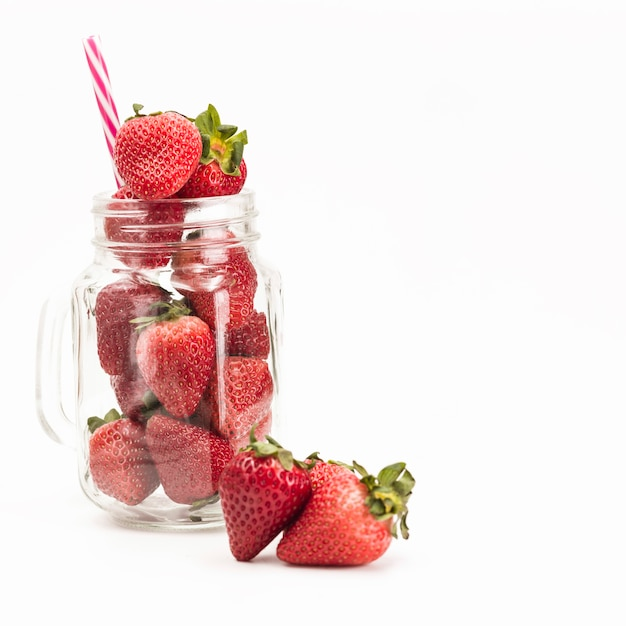 白い背景の瓶の新鮮なイチゴ 無料写真