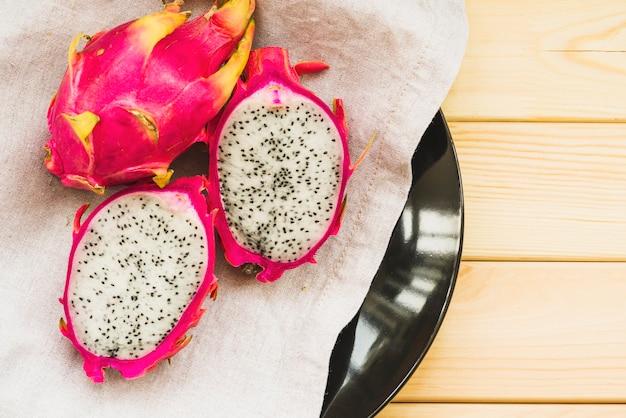 Верхний вид свежих фруктов дракона на деревянный стол Бесплатные Фотографии