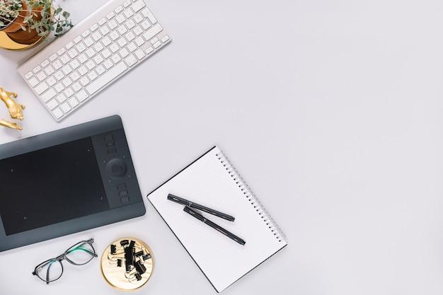 デジタルグラフィックタブレットとキーボードの文房具と白の背景 無料写真