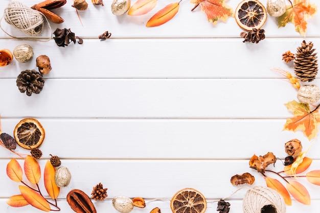 白い背景に秋のフレームの構成 無料写真