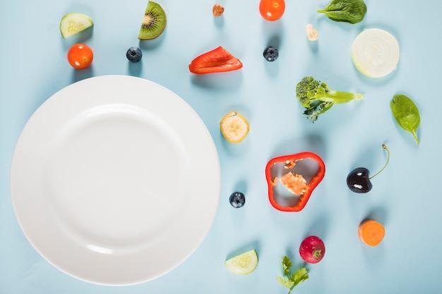 青い背景に野菜やプレートの高い角度のビュー 無料写真