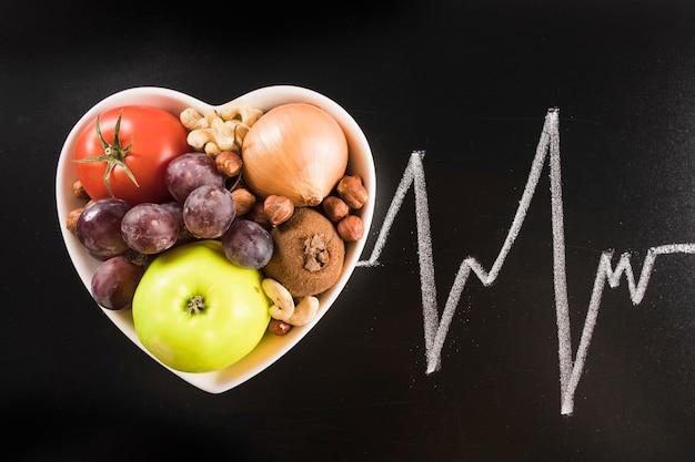 黒板に描かれた心拍をチョークで心臓のコンテナの健康食品 無料写真