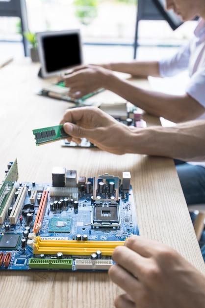 技術者は、コンピュータのマザーボードを修復する 無料写真