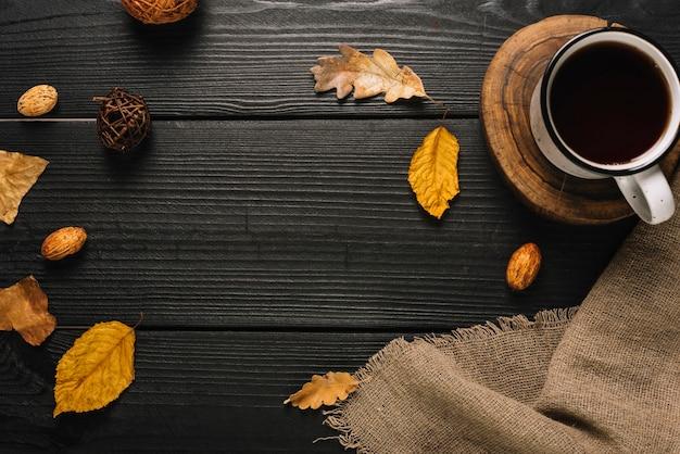 飲み物と秋のシンボルの構成 無料写真