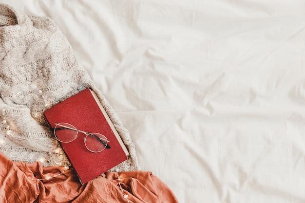 ベッドの上の本と眼鏡 無料写真