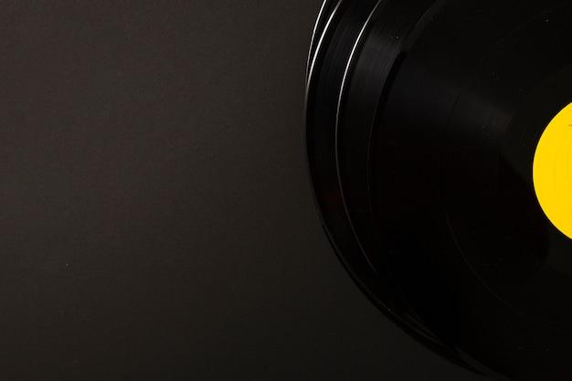 黒の背景にビニールレコードのスタック 無料写真