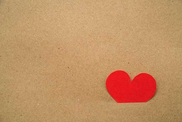 赤い心が段ボールの中にくっついた紙切れ 無料写真