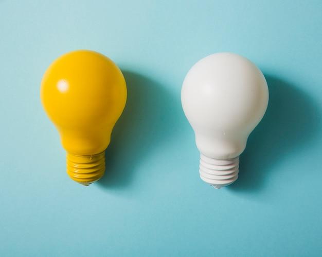 青色の背景に黄色と白の電球 無料写真