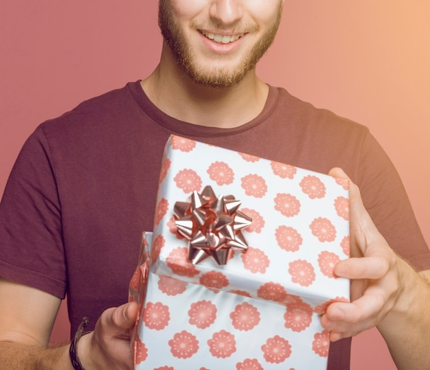 Крупный план человек, открытие цветочные подарочной коробке против цветного фона Бесплатные Фотографии