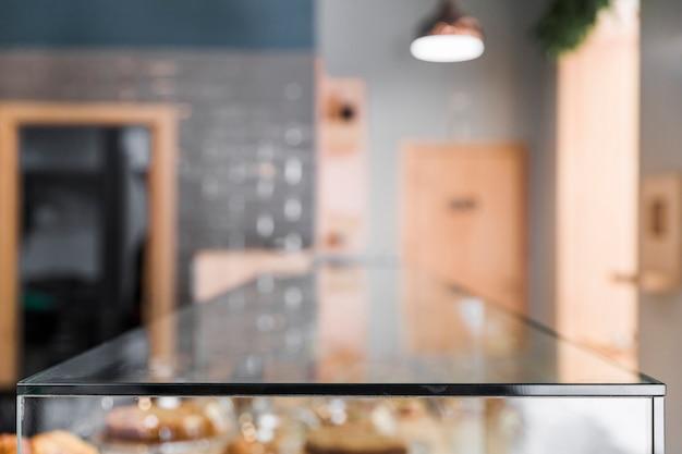 ガラスカウンターで喫茶店の背景をぼかし 無料写真