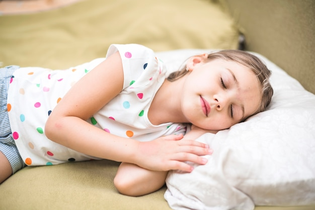 居心地の良いベッドで寝るかわいい女の子 無料写真