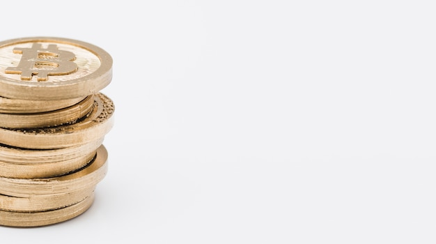 Золотой стек биткойнов, изолированных на белом фоне Бесплатные Фотографии