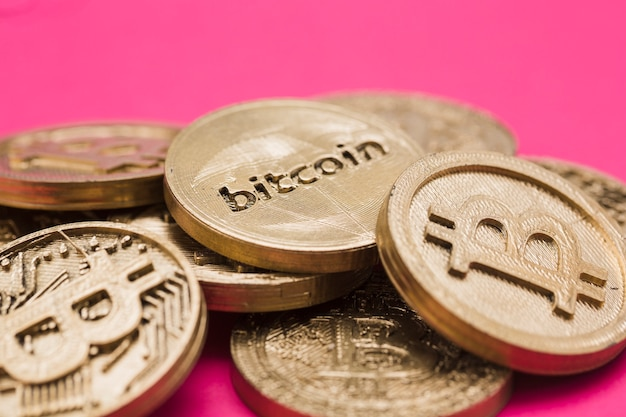 ピンクの背景に対する多くのビットコイン 無料写真
