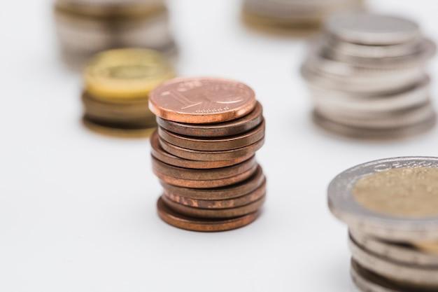 白い背景に銅貨のスタック 無料写真