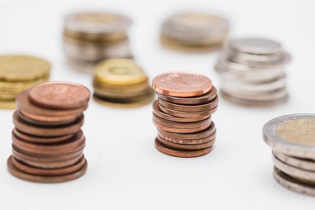 白い背景に黄金と銀と銅貨のスタック 無料写真