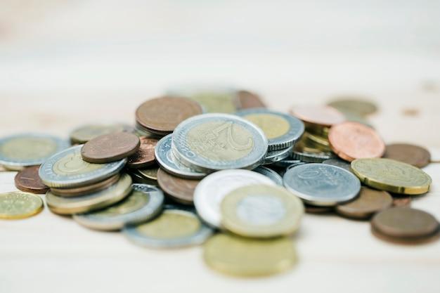 デフォーカスされた背景に金属製のコインを広げる 無料写真