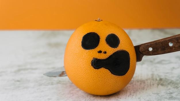 果物の顔をピアスナイフで描いた 無料写真
