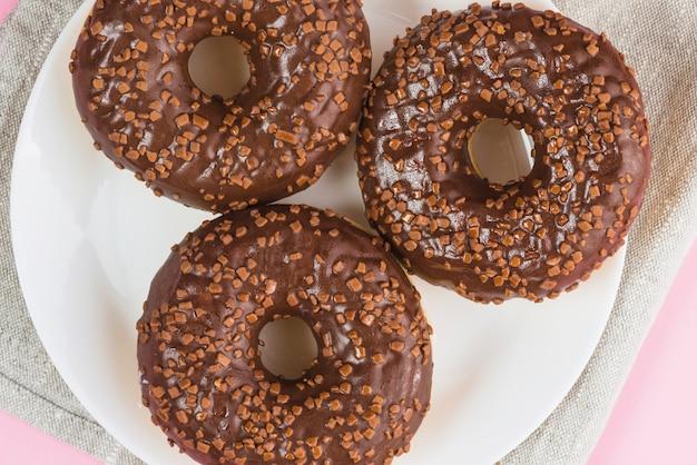 新鮮なおいしいチョコレートドーナツ、プレート 無料写真