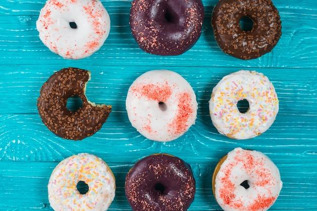 チョコレートグレーズとスプリンクルと新鮮な噛んだドーナツのセット 無料写真