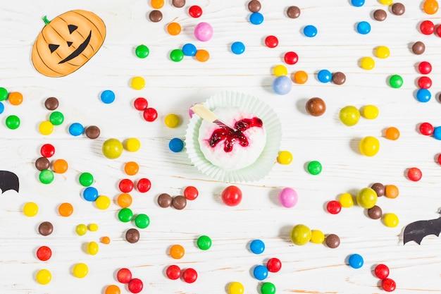 小さなカラフルなキャンディーの間のミニマフィン 無料写真