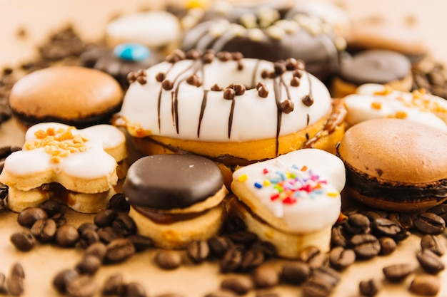 おいしいドーナツとコーヒー豆の間のクッキー 無料写真
