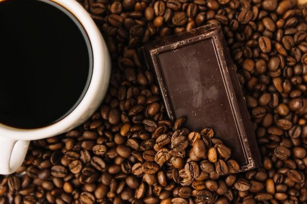 コーヒー豆のチョコレートとコーヒー 無料写真