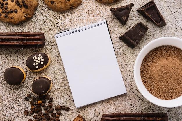 コーヒー穀粒、クッキー、チョコレートの間に筆記用具 無料写真