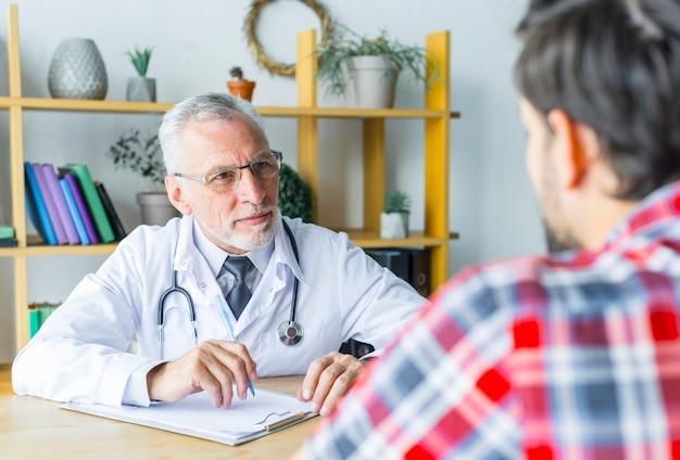 患者を聞くひげのある医者 無料写真