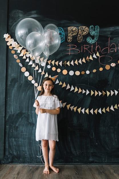誕生日パーティーで風船を持つ女の子 無料写真